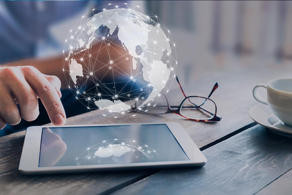 Persona utilizando tablet y bola del mundo digital