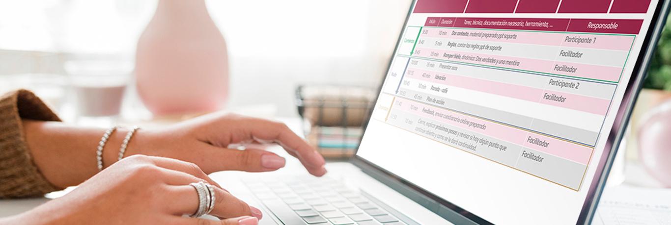 Persona trabajando por ordenador